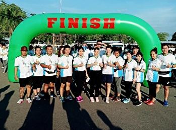 """ผอ. """"สวนสุนันทา"""" ศูนย์ฯสมุทรสงคราม นำทีมผู้บริหารและบุคลากรร่วมกิจกรรมหมอชวนวิ่ง โดยตระหนักถึงความสำคัญในการดูแลสุขภาพด้วยการออกกำลังกาย"""