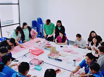 """ราชภัฏสวนสุนันทา """"ศูนย์ฯสมุทรสงคราม ร่วมใจรวมพลังจัดทำหน้ากากอนามัยเพื่อป้องกันโรคติดเชื้อไวรัสโคโรนา 2019 (COVID-19) เพื่อแจกจ่ายให้แก่นักศึกษา บุคลกร และประชาชนในท้องถิ่น"""